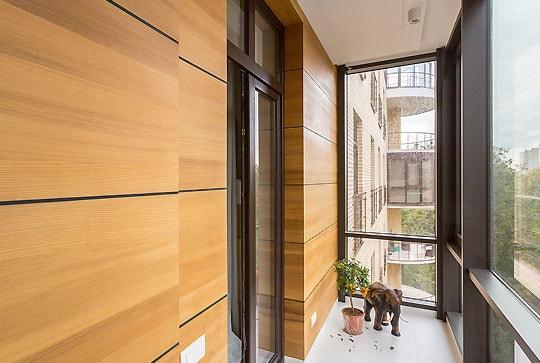 Теплое, панорамное остекление балкона, отделка с утеплением канадским кедром